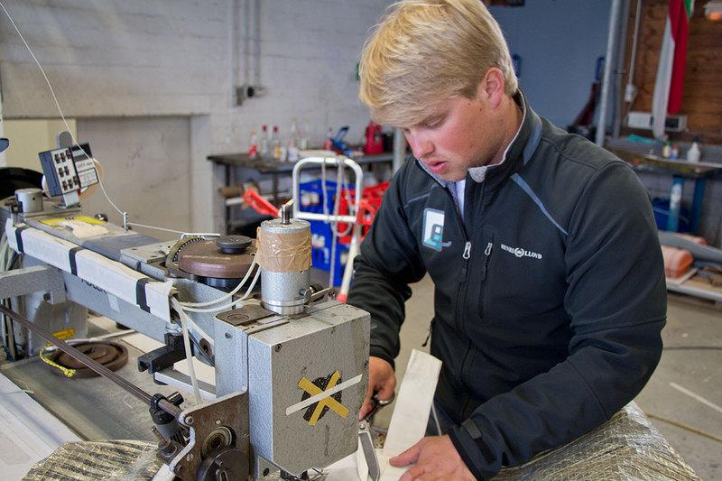 Arbeiten unter Zeitdruck. Wenn auf der Nordseewoche Segel zu reparieren sind, rückt die nächste Wettfahrt unaufhaltsam näher. (Foto: Hinrich Franck)