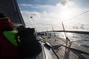 Die Offshore Special Regulations schreiben auch Strecktaue auf jeder Seite des Boots vor.